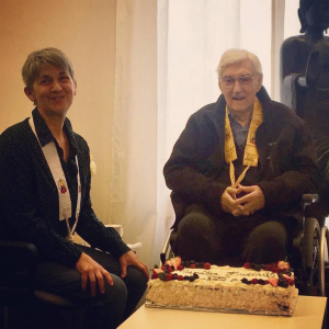 Saddhanandi and Sangharakshita with a special cake to celebrate the 50th anniversary of the Triratna Buddhist Order in April 2018