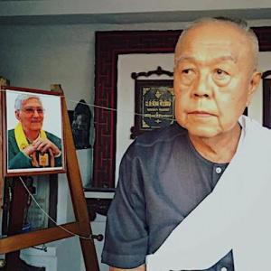 Sulak Sivaraksa with Sangharakshita's picture