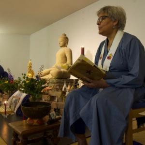 Paramachitta leading the Threefold Puja in Spanish