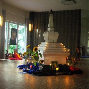 Les deux autels, dans la salle de méditation