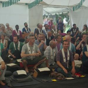 Dans la tente faisant office de salle de méditation et de rassemblement