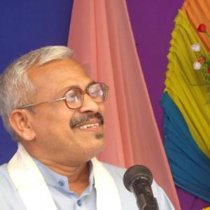 Dhammachari Amrutasiddhi delevaring Dhamma Talk on Pabajja Sutta.