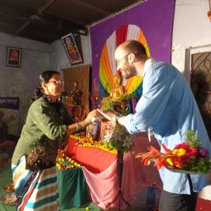 dhammamitra mandatai welcome to Arthabandhu,giving buke of flowers.